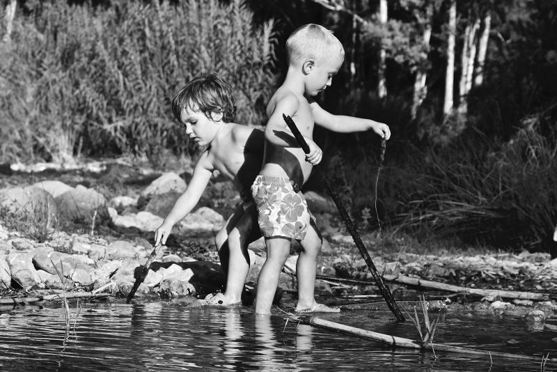 Niños en el rio